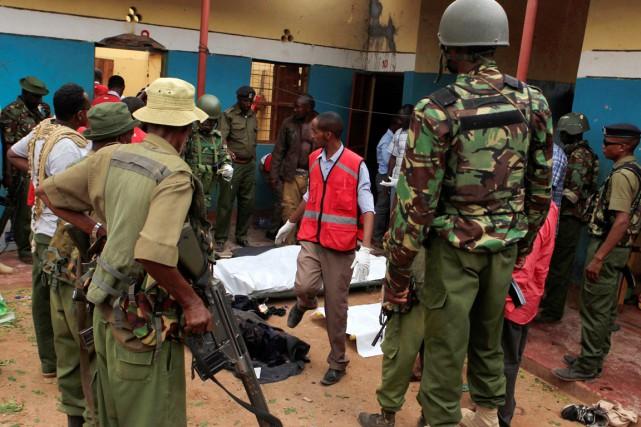 Des policiers kényans sont vus à proximité des... (photo REUTERS)