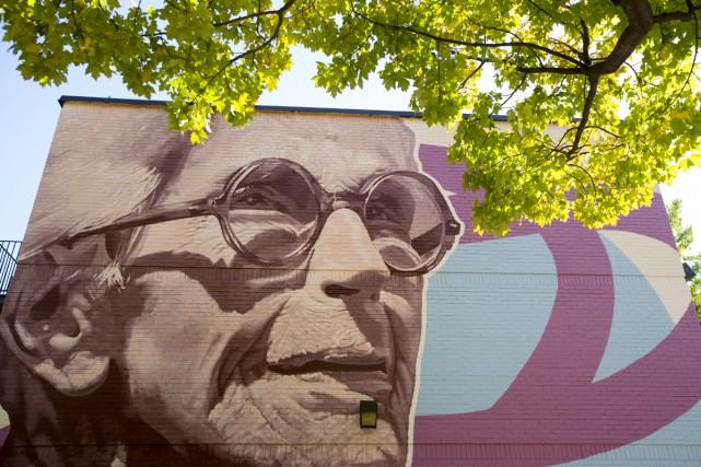 Une murale rendant hommage à la comédienne québécoise Janine Sutto a été... (PHOTO OLIVIER JEAN, LA PRESSE)
