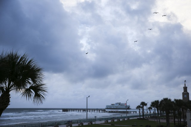 Le ciel était couvert à Daytona Beach, en... (AP, Will Vragovic)