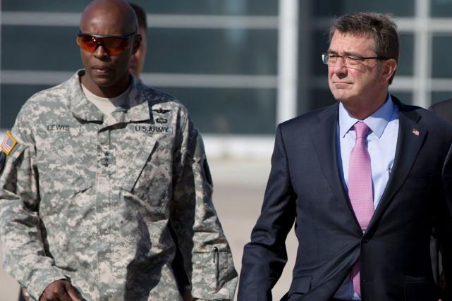 Le général Ron Lewis (à gauche) était un... (photo Carolyn Kaster, Carolyn Kaster AFP)