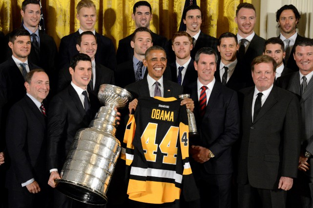 Sidney Crosby (avec la Coupe Stanley) et les... (Photo Mike Theiler, REUTERS)