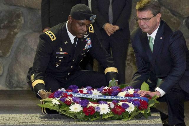 Le général Ron Lewis (ici en compagnie du... (AFP, Carolyn Kaster)