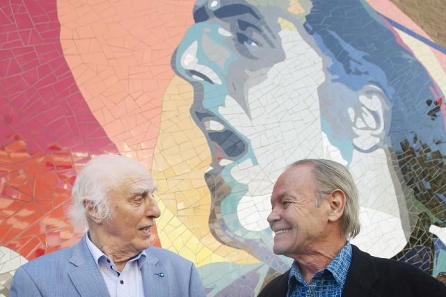 Gilles Vigneault converse avec le créateur de la... (PHOTO Graham Hughes, La Presse Canadienne)