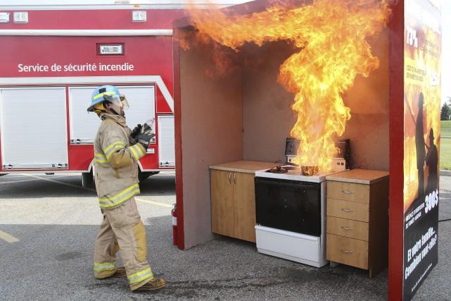 Les pompiers ont démontré ce que fait un... (Patrick Woodbury, LeDroit)