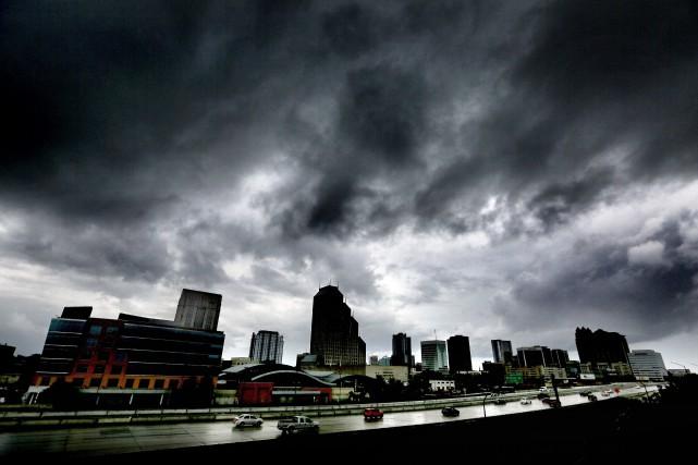 Les nuages couvraient le ciel de la ville... (PHOTO Joe Burbank AP/Orlando Sentinel)