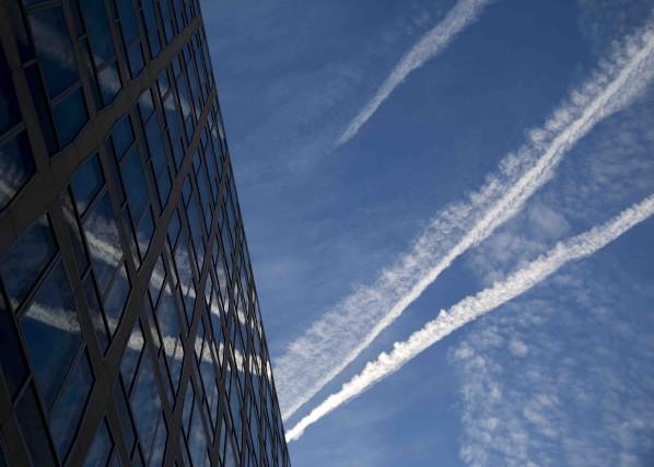 Des traces laissées par des avions se réflètent... (AP, Carolyn Kaster)