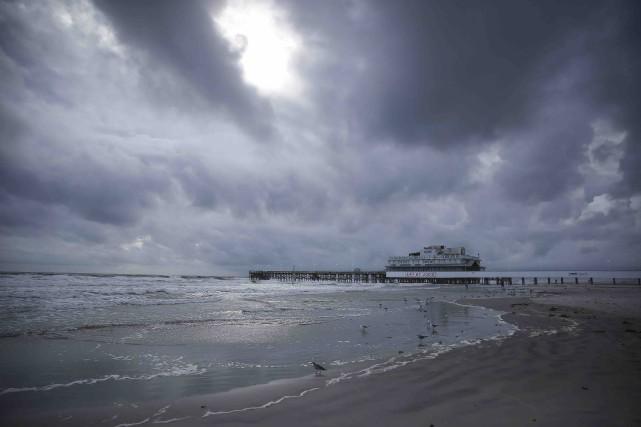 Des nuages menaçants couvraient le ciel de Daytona... (AP, Will Vragovic)