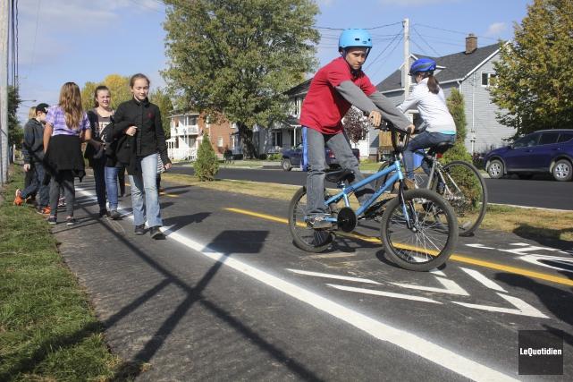 «La piste multifonctionnelle pour les vélos et les piétons sera merveilleuse... (Photo Le Quotidien, Isabelle Tremblay)