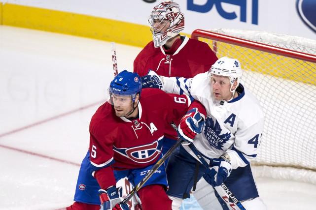 Leo Komarov, des Maple Leafs, était coincé entre... (La Presse canadienne, Paul Chiasson)