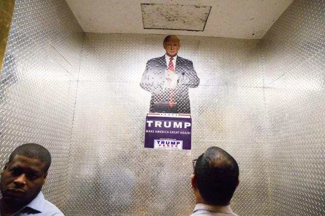 Une affiche à l'effigie du candidat républicain à... (AP, Evan Vucci)