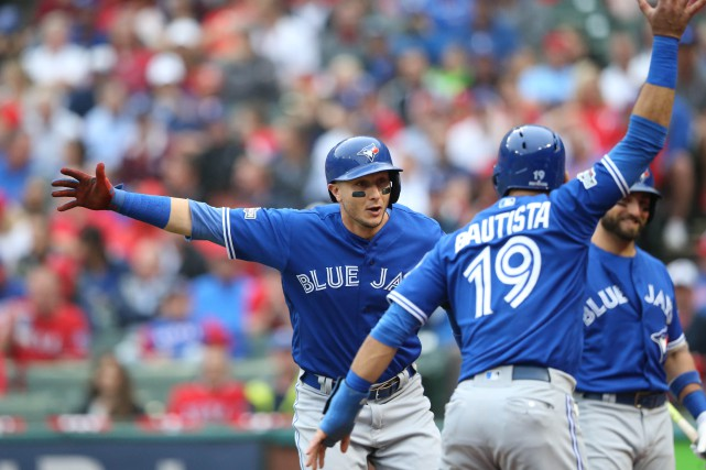 Troy Tulowitzki (à gauche) célèbre avec Jose Bautista... (Photo Kevin Jairaj, USA Today Sports)