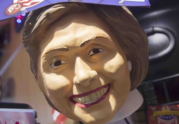 Un masque d'Halloween à l'effigie d'Hillary Clinton est... (AFP, Saul Loeb)