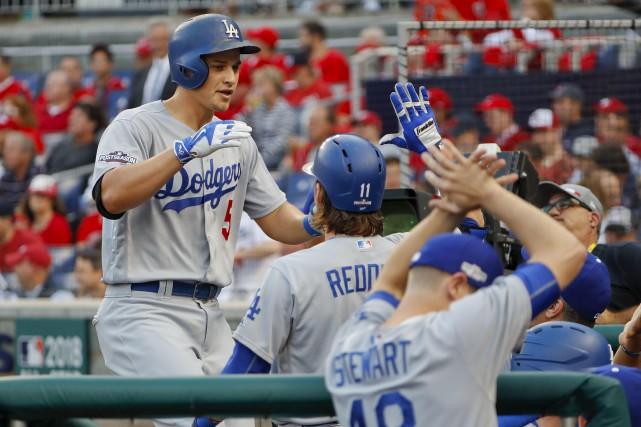 Corey Seager a claqué une longue balle dans... (Pablo Martinez Monsivais, Associated Press)