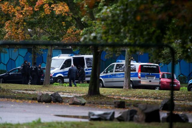 Une unité spéciale de la police fouille le... (Photo Arno Burgi, AFP)