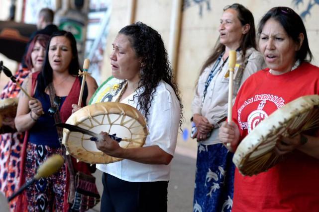 Des autochtones jouent du tambour en marge du... (PHOTO JUSTIN TANG, ARCHIVES LA PRESSE CANADIENNE)