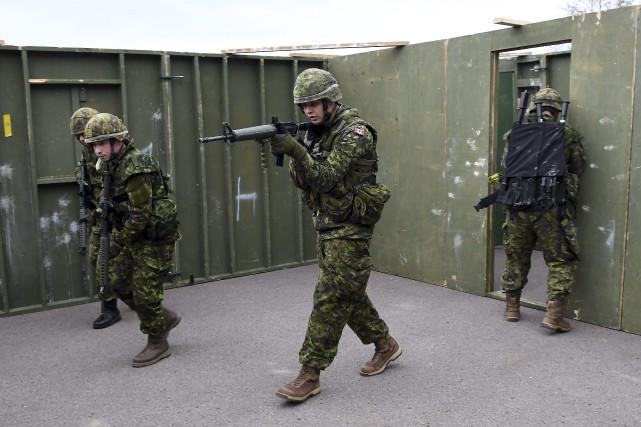 Les réservistes du Régiment du Saguenay ont présenté... (Photo Le Progrès-Dimanche, Rocket Lavoie)