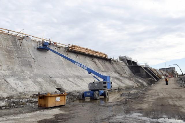 Les travaux de remise aux normes du barrage... (Photo Le Progrès-Dimanche, Rocket Lavoie)