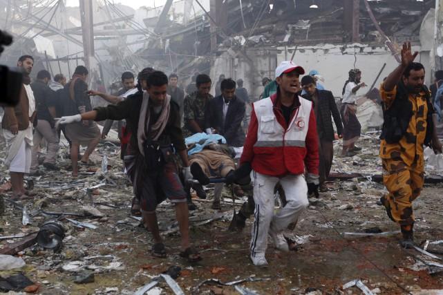 Des équipes de secours retiraient des corps calcinés... (AFP, Mohammed Huwais)