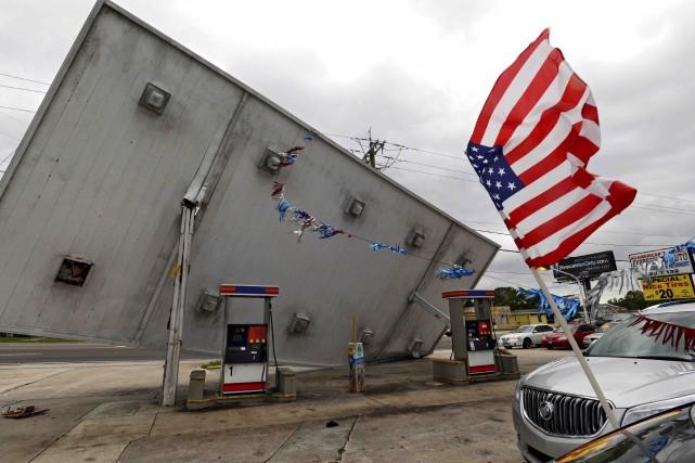 Les puissants vents de l'ouragan Matthew ont fait... (AP, Bob Mack)