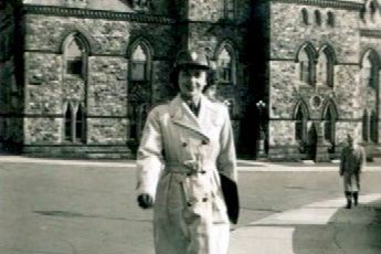 Marie-Paule Rochette devant le parlement d'Ottawa, dans son... (Fournie par Patricia Rochette)