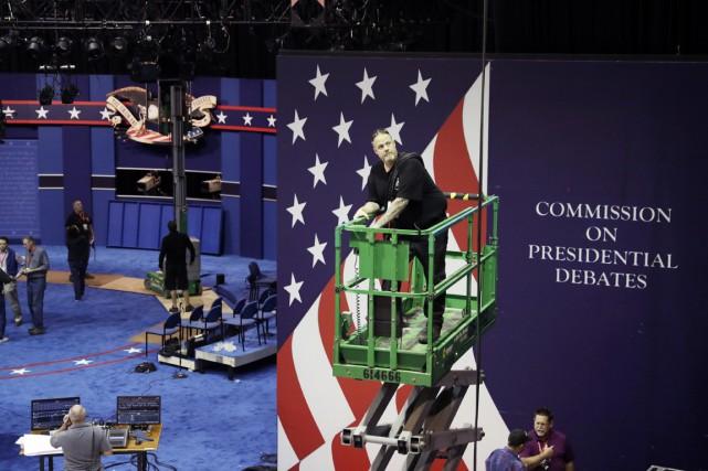 Des employés préparent la scène sur laquelle aura... (Photo John Locher, AP)