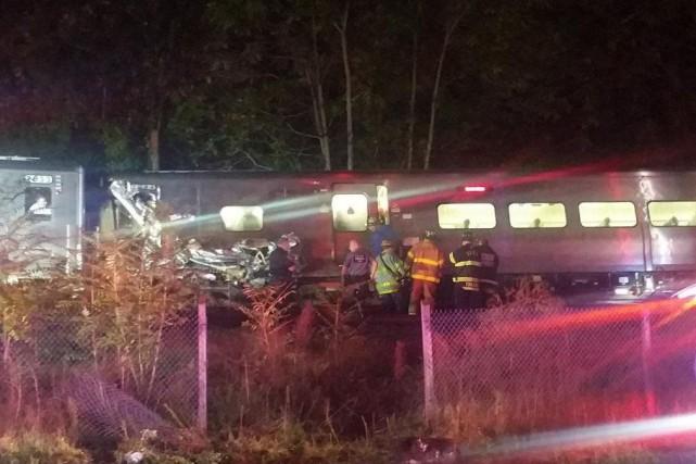 Un train de banlieue a déraillé, samedi soir, à l'est de New York, après avoir... (Photo tirée de Twitter)