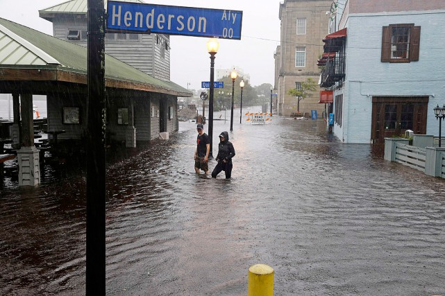Deux résidants de Wilmington, en Caroline du Nord,... (Photo Gerry Broome, AP)