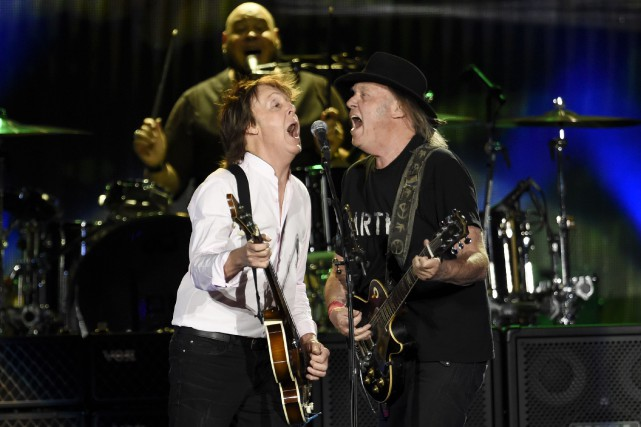 Paul McCartney et Neil Young ont entonné A Day... (AP, Chris Pizzello/Invision)