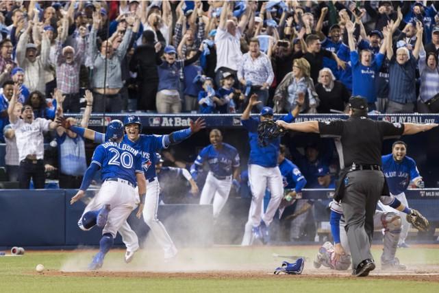 Blue Jays célèbrent leur victoire, dimanche, à Toronto.... (Photo Mark Blinch, PC)