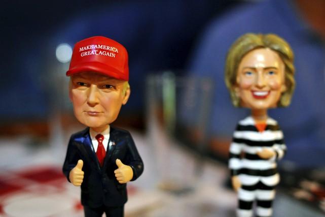 Deux figurines Bobble Head représentant Trump et Clinton.... (AFP)