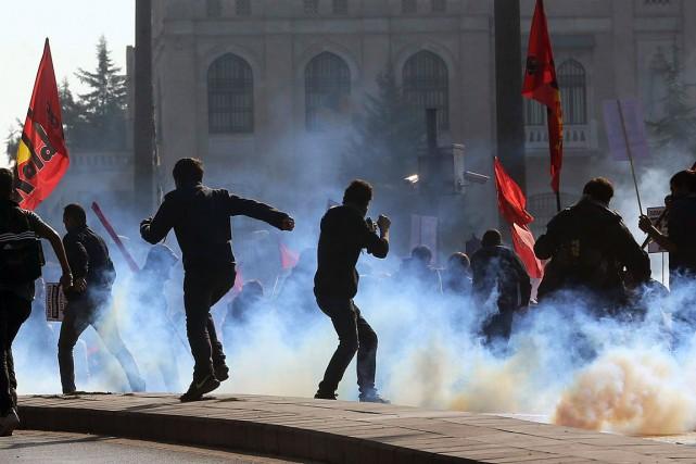 Environ 150manifestants étaient rassemblés lundi aux abords de... (ADEM ALTAN, AFP)