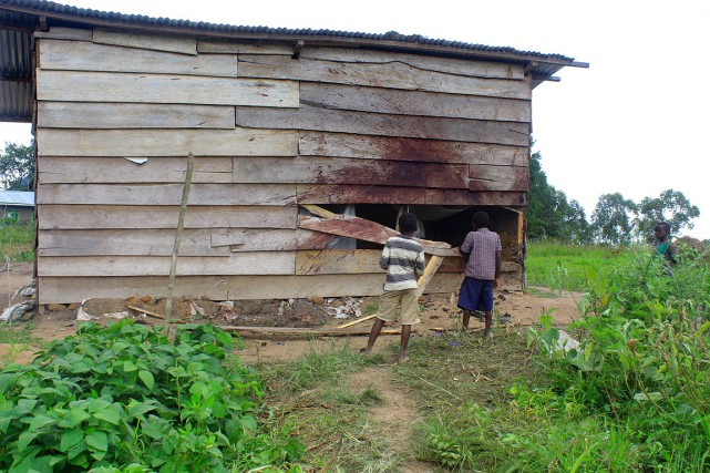 Des enfants regardent une maison endommagée lors d'échanges... (Fiston MAHAMBA, AFP)