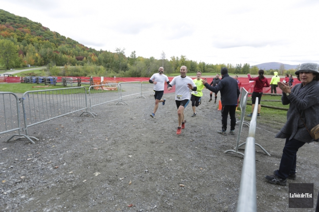 Les coureurs ont terminé leur parcours sous les... (Catherine Trudeau, La Voix de l'Est)