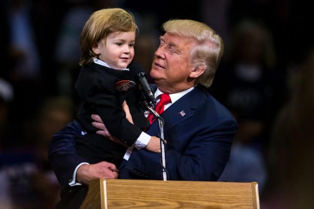 Donald Trump tient dans ses bras Hunter Tirpak,... (PHOTO AP)