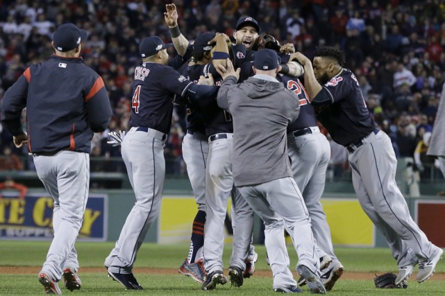 Les Indians de Cleveland célèbrent leur victoire.... (Elise Amendola, Associated Press)