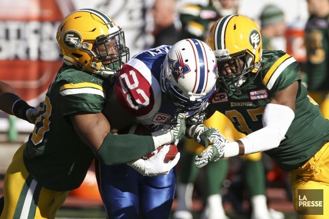 Brandon Rutley (23) est freiné par l'unité défensive... (Photo Robert Skinner, La Presse)