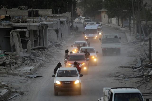 Des combattants rebelles célèbrent à bord de leur... (photo Khalil Ashawi, REUTERS)