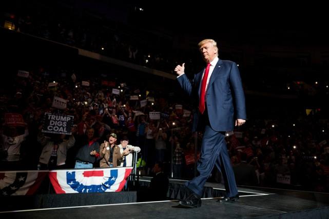 Donald Trump monte sur scène devant ses partisans... (photo Christopher Dolan, The Citizens Voice/AP)