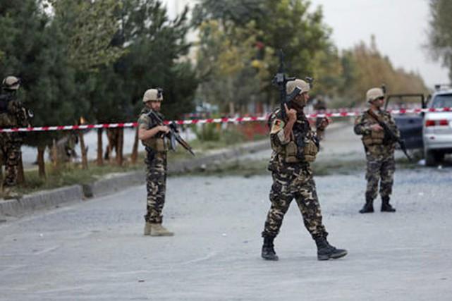 Des policiers afghans sur la scène du drame,... (photo ndtv.com/twitter)
