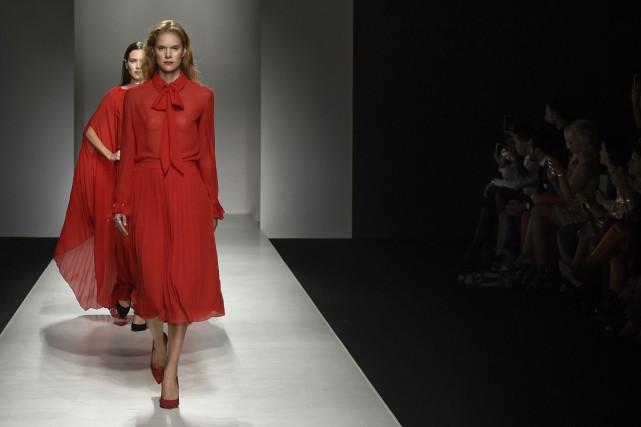 Blouses, jupes plissées et pantalons peints en rouge... (PHOTO AFP)