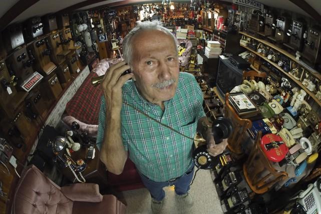 Jean-Guy Deschambault possède une impressionnante collection detéléphones.... (photo Alain dion)