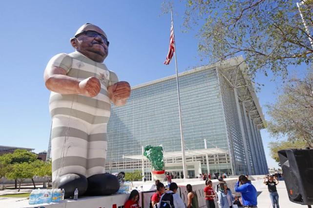 Des manifestants ont érigé une effigie gonflable à... (PHOTO AP)