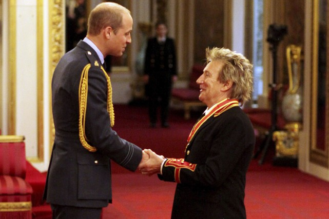 Le chanteur Rod Stewart a été sacré chevalier... (AP, Jonathan Brady)