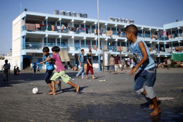 Des garçons palestiniens jouent au soccer dans une... (ARCHIVES REUTERS)