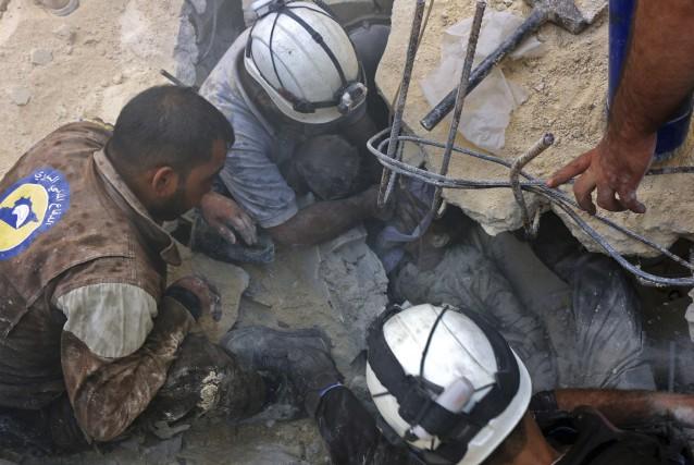 Des Casques blancs -les secouristes volontaires en zone... (AFP, Thaer Mohhamed)