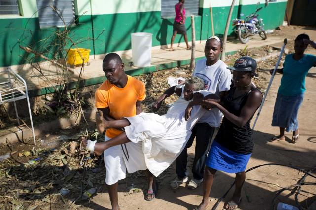 Une femme atteinte du choléra est transportée vers... (AP, Dieu Nalio Chery)