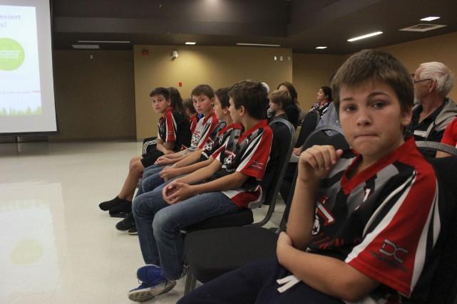 Le conseil municipal a accueilli de nombeux jeunes... (Martin Brunette, LeDroit)
