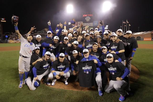 Les joueurs et les entraîneurs des Cubs de... (Photo Marcio Jose Sanchez, AP)