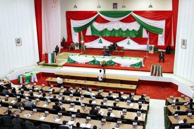 Sur les 110 députés présents, 94 ont voté... (photo Landry NSHIMIYE, archives AFP)