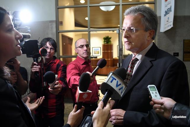 En conférence de presse, le maire Jean Tremblay... (Photo Le Quotidien, Rocket Lavoie)